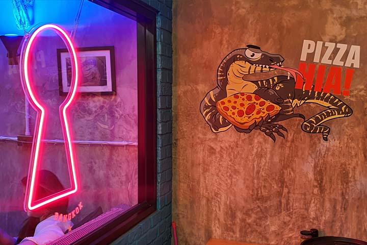pizza hia dive bar